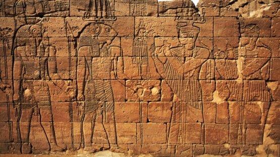 Rei e rainha meroítas saúdam Apedemak,