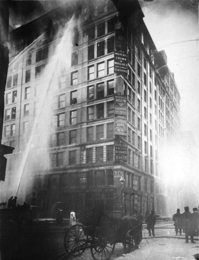 Bombeiros tentam apagar o fogo da fábrica