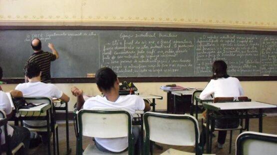 Encher o quadro de matéria para o aluno copiar