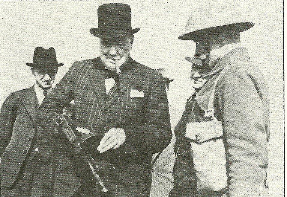 Winston Churchill visita uma base militar. Foto de 1940