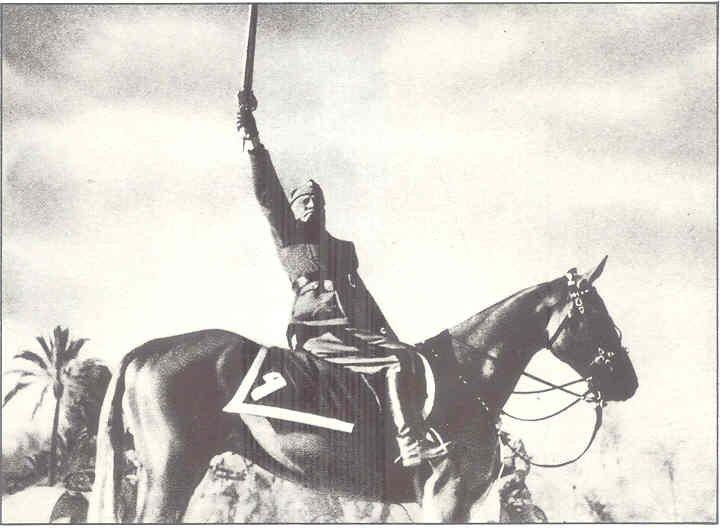 Mussolini em Trípoli. Foto retocada e publicada em 1943.