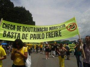vicios_paulo-freire-faixa-protesto