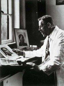 Eugen Fischer em seu escritório em Berlim, 1938.