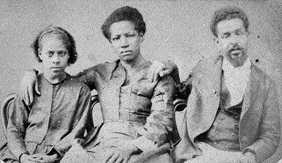 A família de Francisco Paulo de Almeida talvez se parecesse com essa fotografada em 1870 por Militão Augusto de Azevedo.