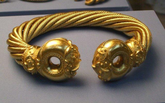 Torque (colar) celta de ouro, exemplo da habilidade desse povo no trabalho em metal.