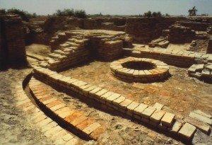 Mohenjo-Daro, poço no interior de uma construção e, na parte externa, canal de esgoto.