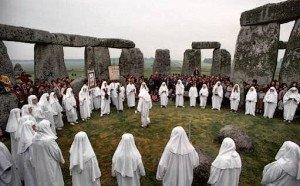 Druidas celebram o solstício em Stonehenge, Inglaterra. Foto de 1990.