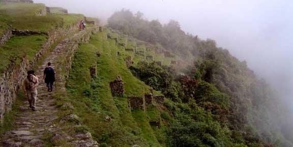 Ainda são visíveis e percorridos as antigas estradas incas que cortam desfiladeiros, vales e planícies.