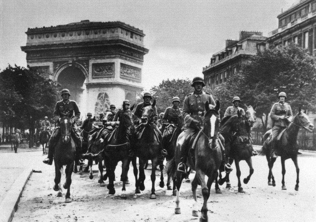 Tropas nazistas desfilam em Paris depois de vencida a cidade, 1940.