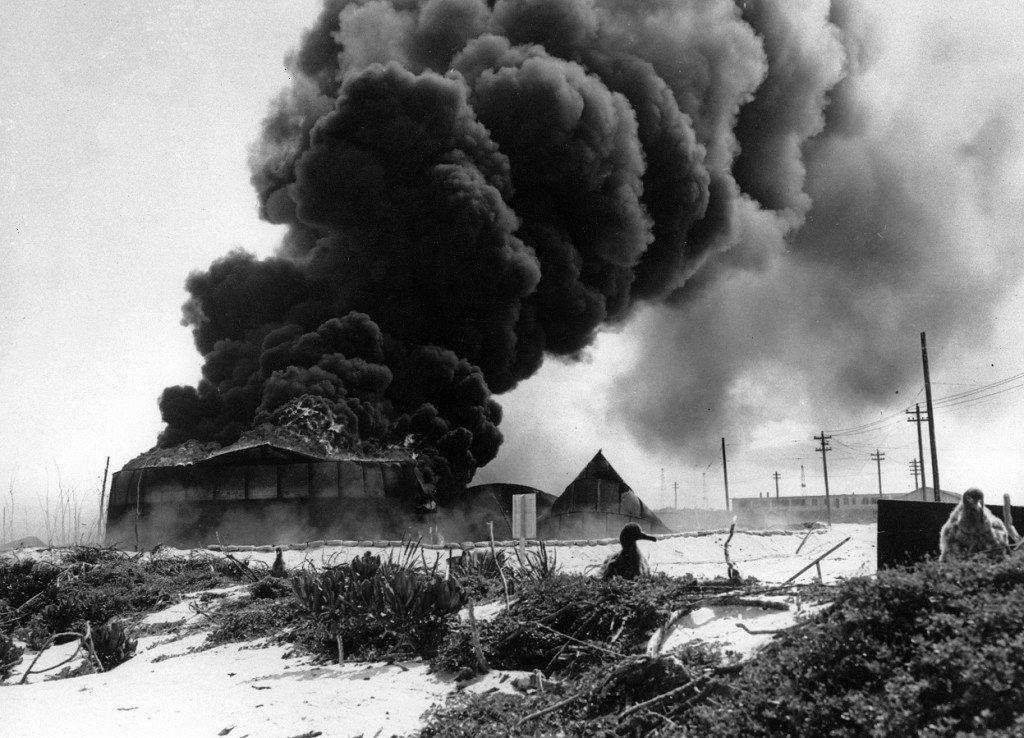 Tanques de óleo explodem em Midway após ataque dos aviões japoneses, 1942.