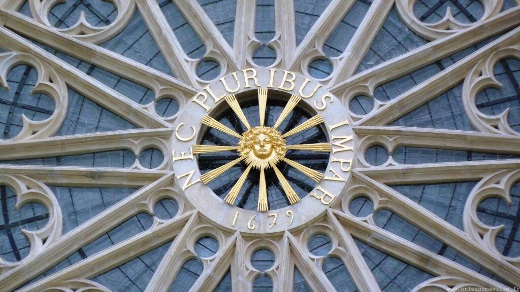 """Nec pluribus impar"", divisa de Luis XIV que significa ""Superior ao resto dos homens"", Catedral de Orleans, França."
