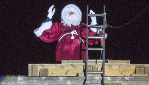 Descida de Papai Noel no telhado da Prefeitura de Dijon, França.