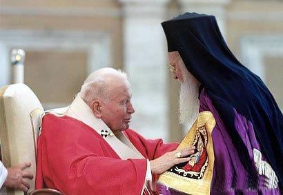 Encontro entre o papa João Paulo II e o patriarca Bartolomeu I, em 2004.