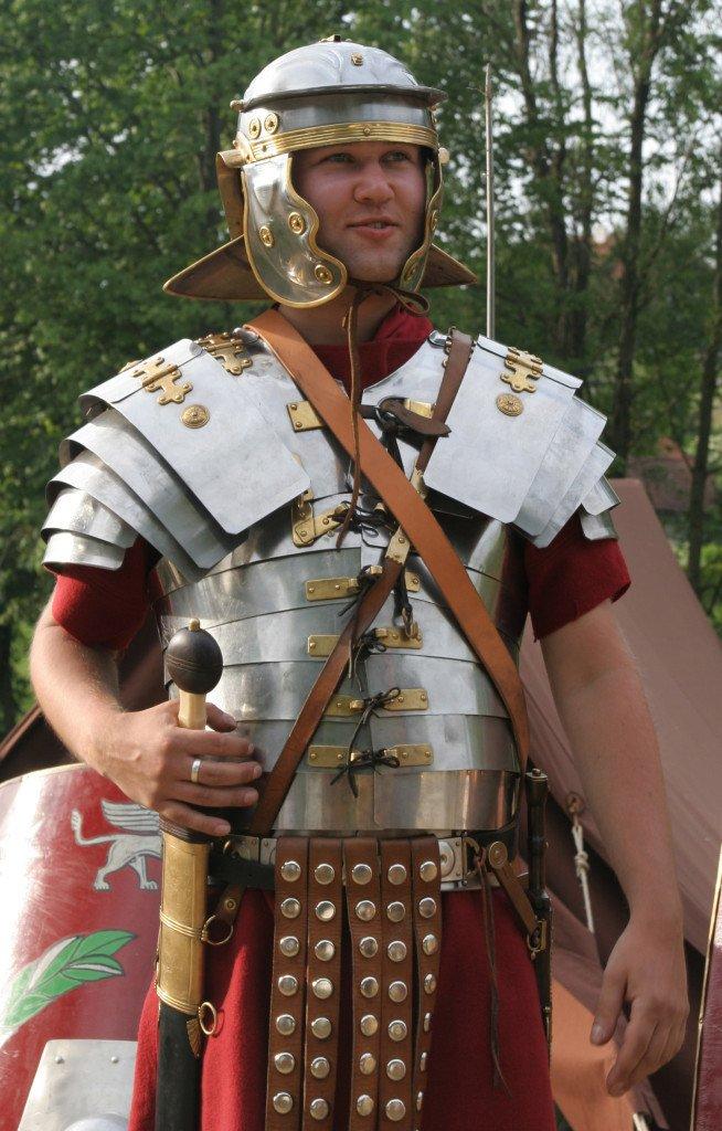 "Legionário romano vestindo a ""segmentata lorica""."