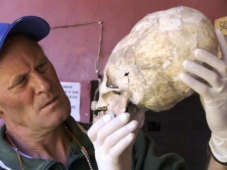 Brien Foerster examina um crânio Paracas.