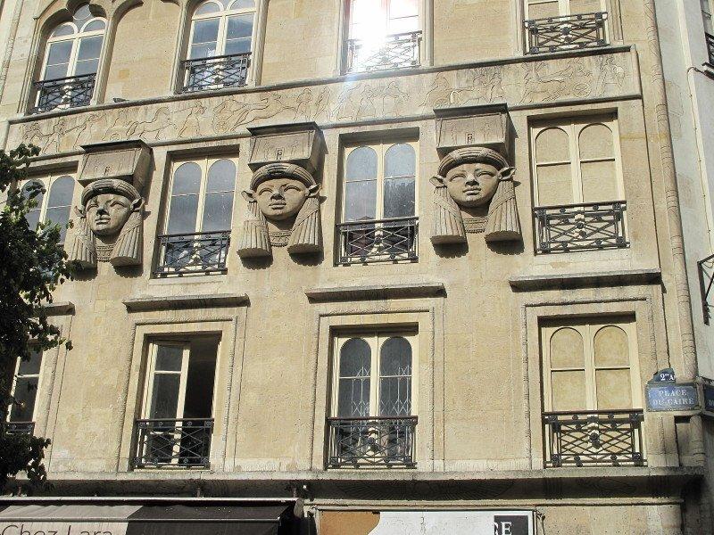 Fachada de edifício na Praça do Cairo, Paris.