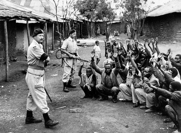Soldados britânicos em ação no Quênia, buscando guerrilheiros Mau Mau.