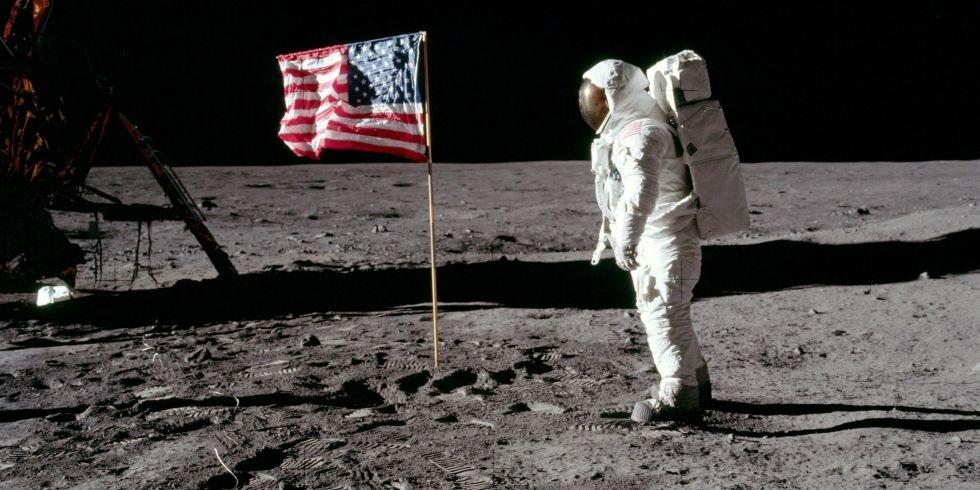 Edwin Aldrin Jr. e a bandeira americana no solo lunar