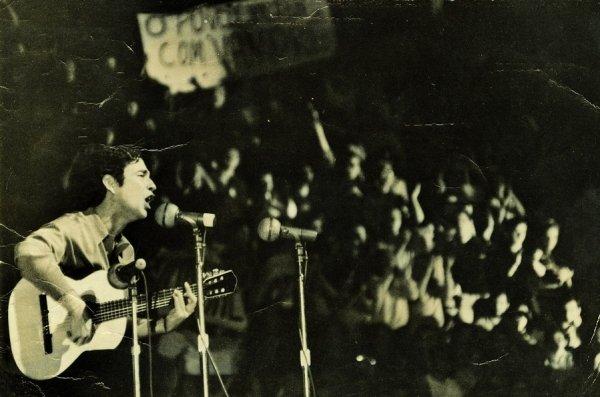 """Geraldo Vandré cantando """"Caminhando""""."""