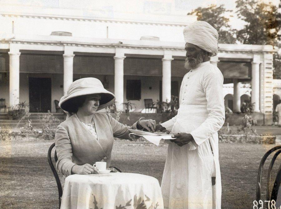 Serviçal hindu serve chá a uma senhora britânica, início do século XX.