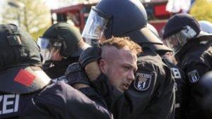 Polícia alemã prende ativistas de uma marcha neonazista.