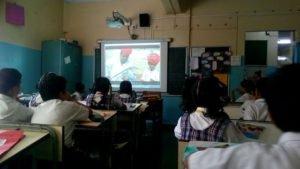Alunos assistindo filme, India