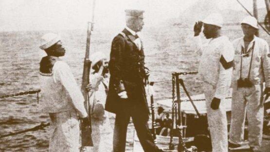 João Cândido, líder da Revolta da Chibata, entrega o comando do encouraçado Minas Gerais ao capitão Pereiras Leite depois das (falsas) promessas do governo, 26/11/1910.