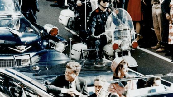 John Kennedy e Jacqueline Kennedy em carro aberto poucos minutos antes do presidente ser assassinado