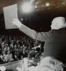 Ulysses Guimarães (PMDB-SP), presidente da Assembleia, durante a promulgação da Constituição