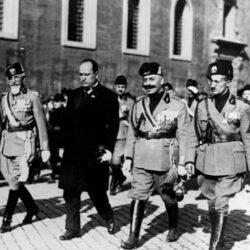 """ocorreu a """"Marcha sobre Roma"""", uma manifestação armada organizada pelo Partido Nacional Fascista, liderado por Benito Mussolini"""