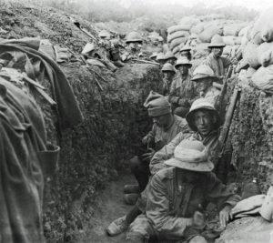 Soldados em uma trincheira.