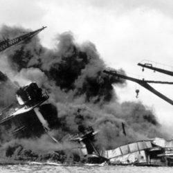 O USS Arizona (BB-39) em chamas após o ataque japonês de 7 de dezembro de 1941. Os restos do navio estão no fundo da baía de Pearl Harbor.