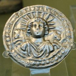IMAGEM: Deus Sol Invicto, disco de prata romano do século III d.C., encontrado em Pessino, atual Turquia. Museu Britânico.