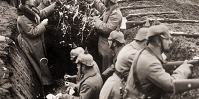 """FOTOS: Soldados alemães decoram uma árvore em sua trincheira, 1914. """"Uma trégua de Natal entre trincheiras opostas, 1914"""", ilustração do """"The Illustrated London News"""", publicada em 9 de janeiro de 1915."""
