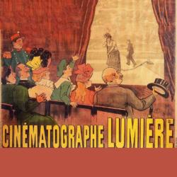 """IMAGENS: Cartaz do Cinematógrafo Lumière anunciando a primeira projeção de cinema. Fotograma do primeiro filme dos irmãos Lumière, """"La Sortie de l'usine Lumière à Lyon"""" (A Saída da Fábrica Lumière em Lyon)"""